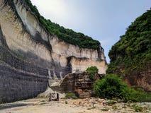 Sikt av en klippa nära en strand i bali, indonesia Royaltyfri Bild