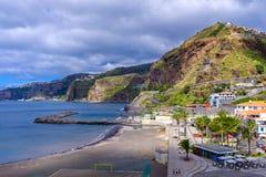 Sikt av en kuststad under kullar royaltyfria foton