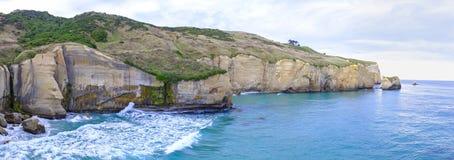 Sikt av en lång klippa i havet arkivbild