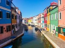 Sikt av en liten kanal på ön Burano Venedig Royaltyfria Foton