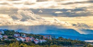 Sikt av en liten stad i dalen, stormiga himlar Royaltyfri Bild