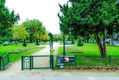 Sikt av en lokal trädgård i Paris Arkivbilder