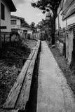 Sikt av en mörk ensam gata Royaltyfri Bild
