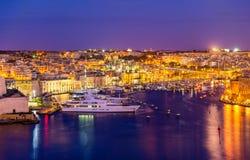 Sikt av en marina nära Valletta royaltyfri fotografi