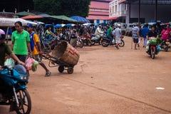 Sikt av en marknad i Pakse Arkivfoton
