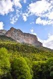 Sikt av en moutainklippa i sommaren Fotografering för Bildbyråer