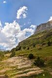 Sikt av en moutainklippa i sommaren Arkivbild