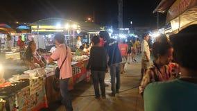 Sikt av en nattmarknad i Kanchanaburi arkivfilmer