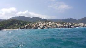 Sikt av en ojämn strand och djungel från havet Fotografering för Bildbyråer