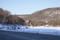 Sikt av en pittoresk dal i Minnesota på en solig vinterdag royaltyfri fotografi