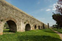 Sikt av en romersk akvedukt i Rome royaltyfri bild