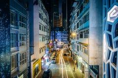 """Sikt av en smal gata på natten, från Centralâ€en """"Mitt--nivåer Royaltyfria Bilder"""