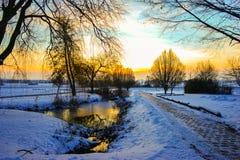 Sikt av en solnedgång över winterly ett landskap royaltyfria foton