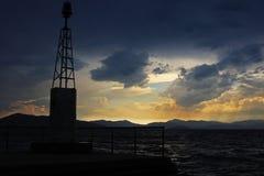 Sikt av en solnedgång i en hamn i medelhavet Arkivfoto