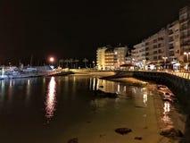 Sikt av en stenig fjärd under natt i Sanxenxo, Galicia, Spanien royaltyfria bilder