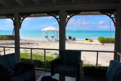 Sikt av en strand och havet till och med en myggnät Long Island Bahamas royaltyfria bilder