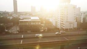 Sikt av en trafik som kör på en huvudväg i bangkok med soluppgång arkivfilmer