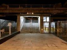 Sikt av en trappuppgång på natten royaltyfri bild