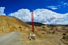 Sikt av en väg och berg från den Wakha byn i Ladakh i Kashmir Indien arkivfoto