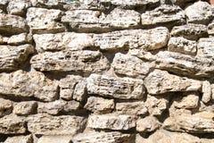 Sikt av en v?gg av stenar av bakgrundstexturer f?r oj?mna former f?r grafisk design royaltyfria foton