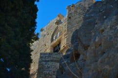 Sikt av en vagga och en medeltida slott Arkivfoto