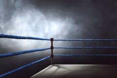 Sikt av en vanlig boxningsring som omges av blåa rep Arkivbilder