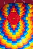 Sikt av en varmluftsballong som visar en färgrik rektangulär mosaik Royaltyfri Fotografi
