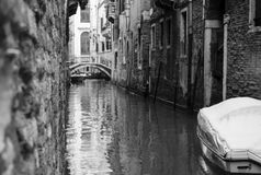 Sikt av en Venedig kanal i B/W royaltyfria bilder