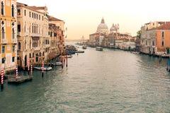 Sikt av en Venedig kanal på solnedgången Fotografering för Bildbyråer