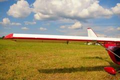 Sikt av en vinge av den ultralight nivån Royaltyfria Bilder