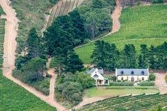 Sikt av en vinlantgård nära Sir Lowreys Pass Arkivbild