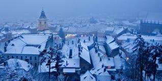 sikt av en vinterdag över staden av Brasov Rumänien snö royaltyfri fotografi