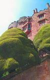 Sikt av en welsh slott och trädgårdar Royaltyfri Fotografi