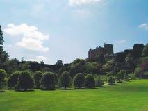 Sikt av en welsh slott och trädgårdar Royaltyfria Foton