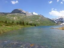 Sikt av Engstlensee sjön i de schweiziska fjällängarna Fotografering för Bildbyråer