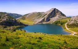 Sikt av Enol sjön i sommar grensle Arkivbilder