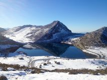Sikt av Enol sjön i vinter Berg av den Picos de Europa nationalparken, Asturias, Spanien royaltyfri fotografi
