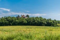 Sikt av eremitboningen av Montesiepi från abbotskloster av San Galgano fotografering för bildbyråer
