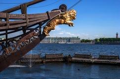 Sikt av eremitboningen och den Rostral kolonnen på den motsatta banken av Nevaen I förgrundsbogspröt av en segling Royaltyfria Bilder