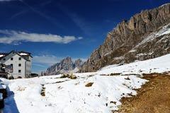Sikt av ett berglandskap i dolomitesna, Italien fotografering för bildbyråer