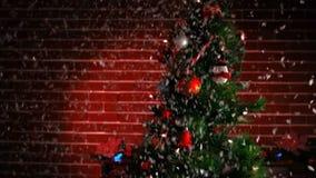 Sikt av ett dekorerat julträd arkivfilmer