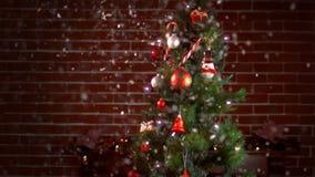 Sikt av ett dekorerat julträd lager videofilmer
