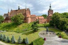 Sikt av ett domkyrkakomplex och området med en monument till Nicolaus Copernicus Frombork Polen Arkivbilder