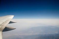 Sikt av ett flygplan Wing Before ett klart mörker - blå himmel Royaltyfri Bild