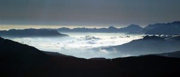 Sikt av ett hav av moln Arkivfoto