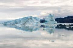 Sikt av ett isberg reflekterat i vattnet i Upsala, Argentina arkivbilder