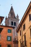 Sikt av ett klockatorn i den Verona sikten från trappuppgång av den Verona squen Arkivbilder