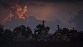 Sikt av ett komplex av buddistiska tempel i bakgrunden av solnedgången och moln Andreev arkivfilmer