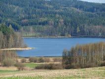Sikt av ett landskap med ett damm Royaltyfri Bild
