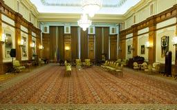 Sikt av ett rum av den rumänska slotten av parlamentet Royaltyfria Bilder